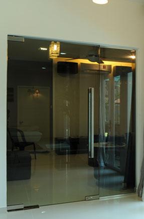frameless-swing-door