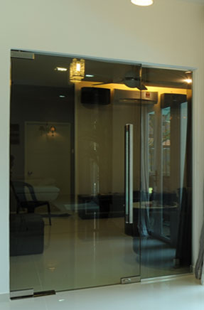 frameless-swing-door